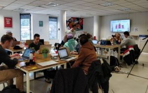 Les étudiants affairés à préparer la collecte de dons